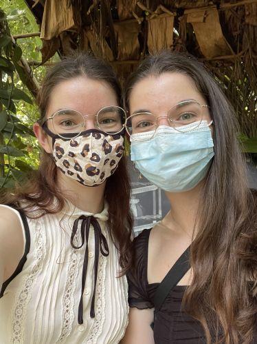 Zu sehen sind meine Schwester und ich in einem der Tropenhäuser des Botanischen Gartens der Universität Zürich
