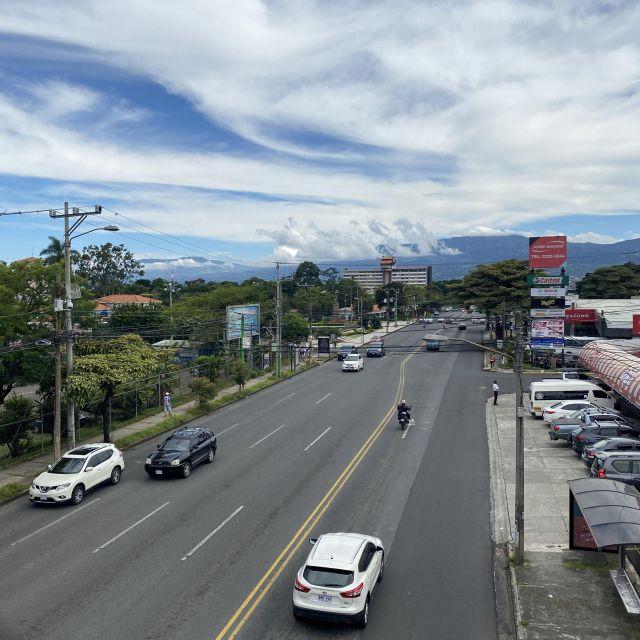 Eine breite Straße mit wenigen Autos von einem erhöhten Standpunkt