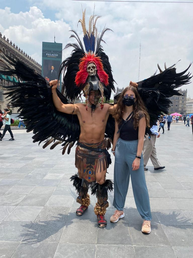 Franziska mit aztekischem Tänzer, der traditionell bekleidet ist