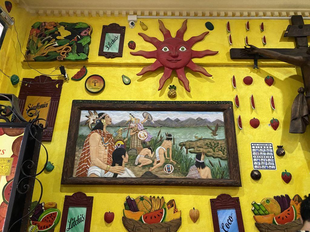 Eisdiele mit vielen Dekor wie Bildern mit Abbildungen der indigenen Bevölkerung und eine Sonne