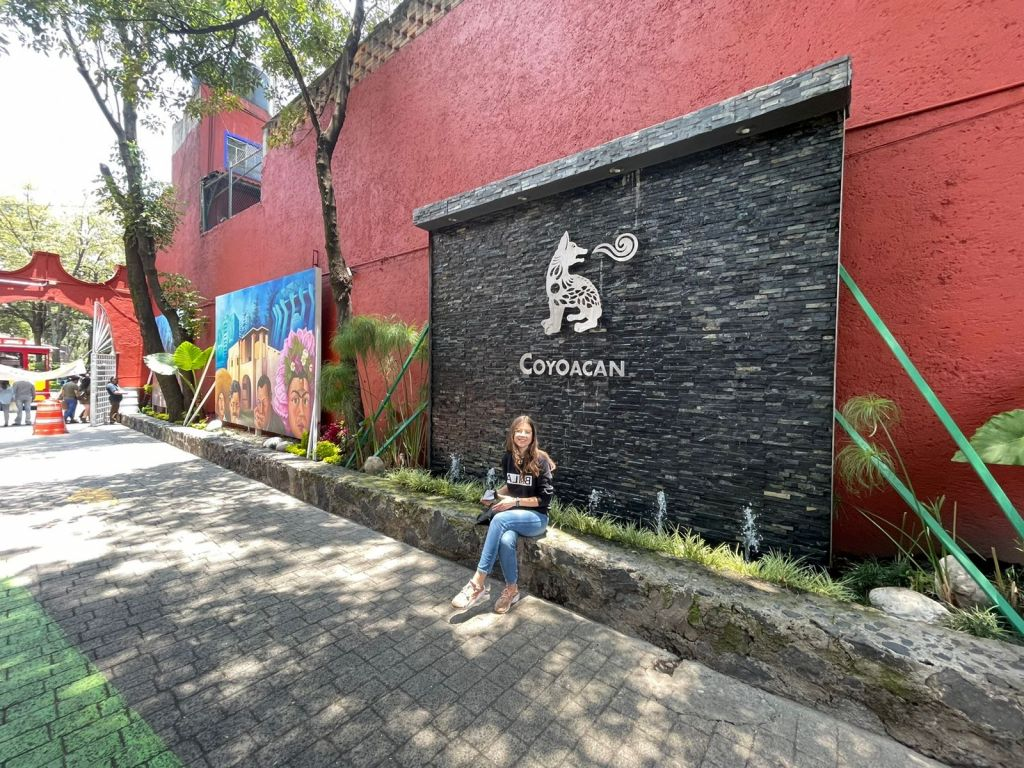 Franziska am Eingang vor der Markthalle, Wappen mit Schriftzug Coyoacán