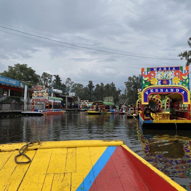 """Auf einer bunt bemalten Gondel auf dem Kanal, man sieht eine weiter Gondel mit dem Namen """"Fernanda"""""""