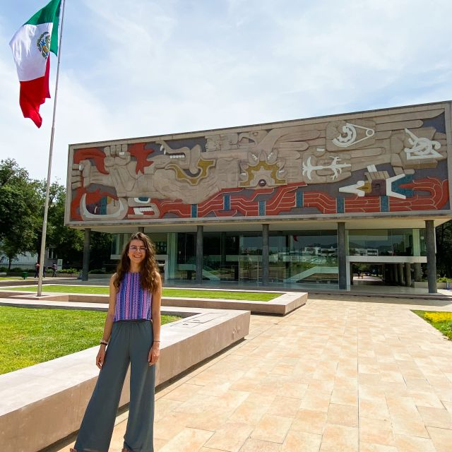 Franziska vor dem Haupteingang der Universität