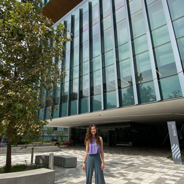 Franziska vor der Bibliothek der Universität