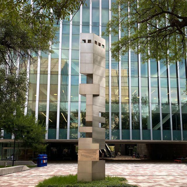 Statue mit Initialien TEC vor der Bibliothek am Campus Monterrey