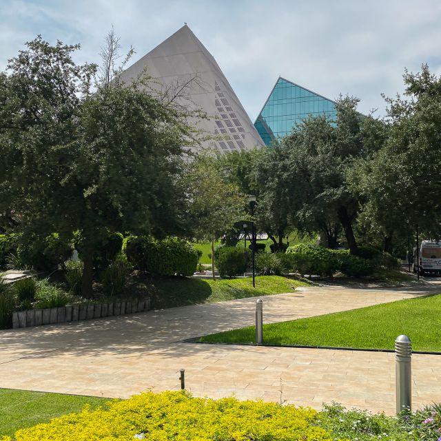 Blick auf zwei Gebäude der Universität, im Vordergrund ein kleines Blumenbeet.
