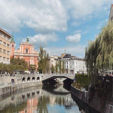 Die wunderschöne Altstadt Ljubljanas 🐲 Entlang der Ljubljanica sind viele…