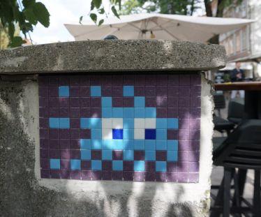 In ganz #Ljubljana sind 42 Mosaike des Künstlers #Invader versteckt. Immer…