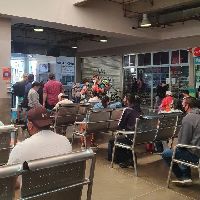 Blick auf wartende Reisende in einem Busterminal
