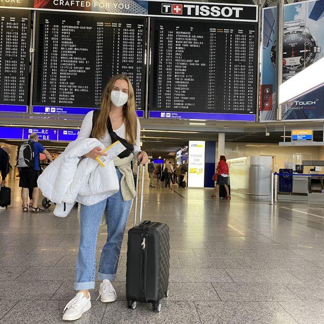 Cecilia am Flughafen