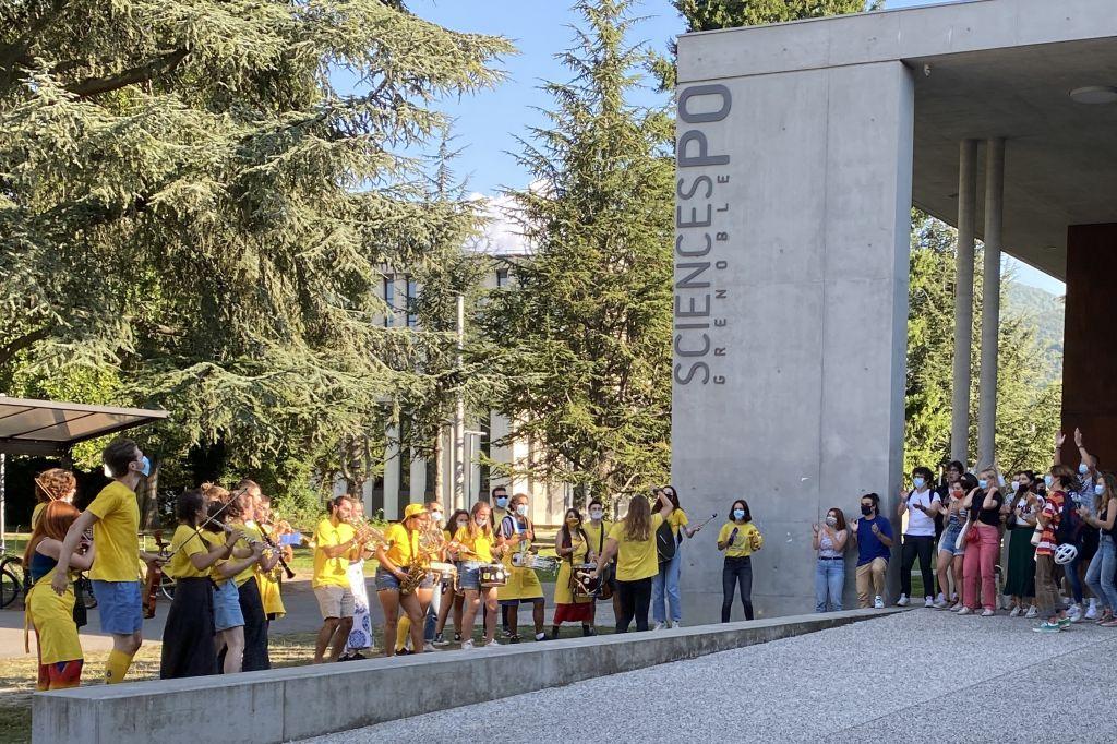 Junge Menschen mit gelben T-Shirts spielen Instrumente