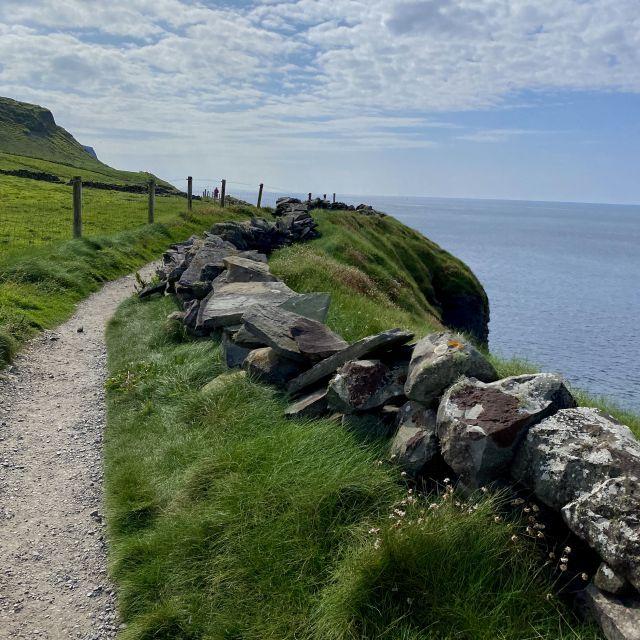 Der Weg führte direkt an den Klippen vorbei, was an manchen Stellen gar nicht mal so ungefährlich war