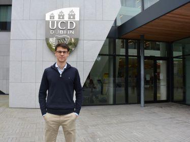 Robin unter dem Logo der UCD.