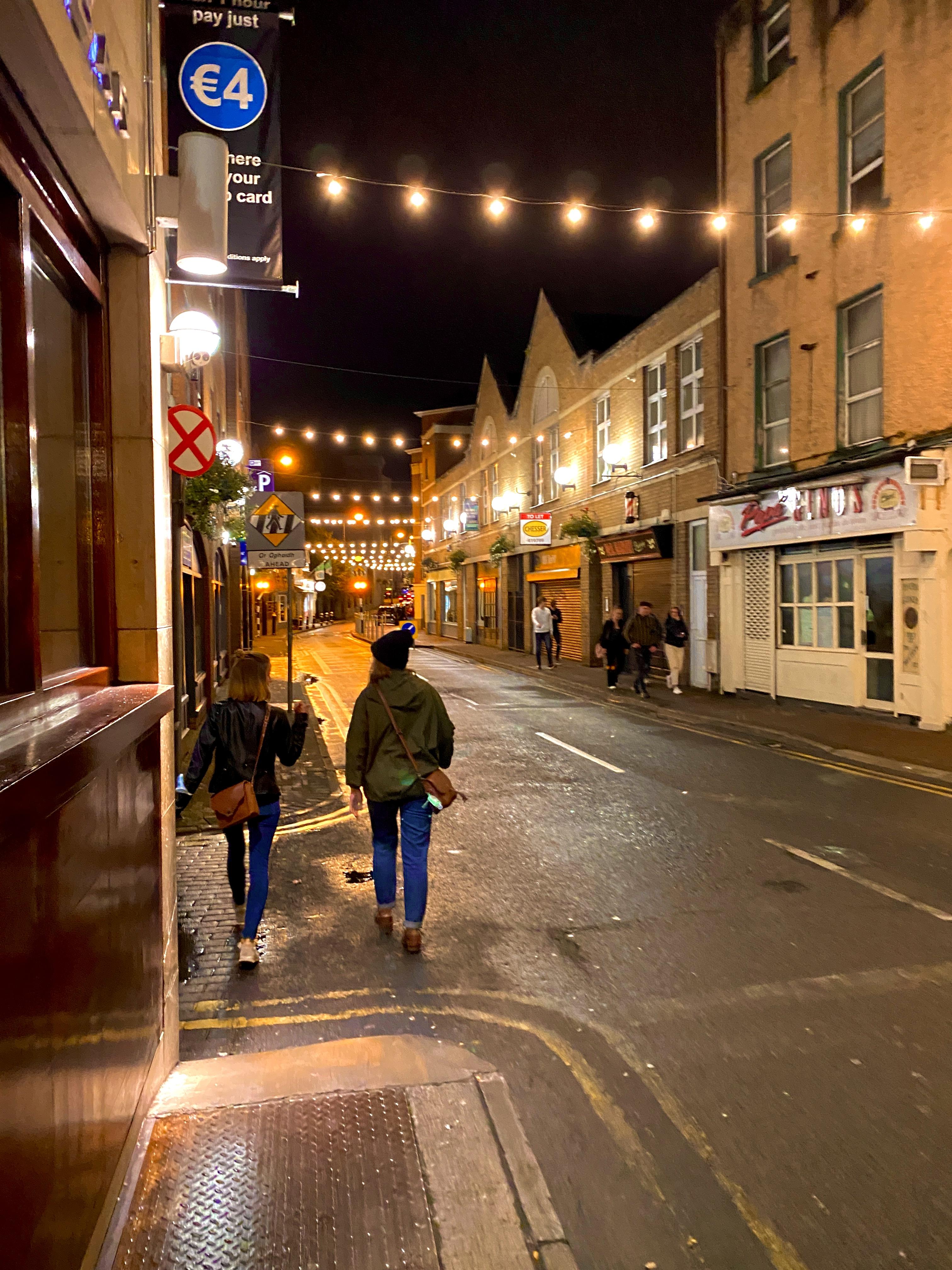 Als wir vom Pub nach Hause gelaufen sind war es schon dunkel. Dann sieht man wie ganz Limerick mit lauter Girlanden beleuchtet ist.