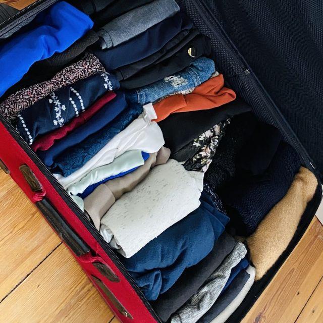 Kleidungsstücke in einem Koffer