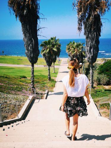 Portrait mit Palmen und Meer im Hintergrund