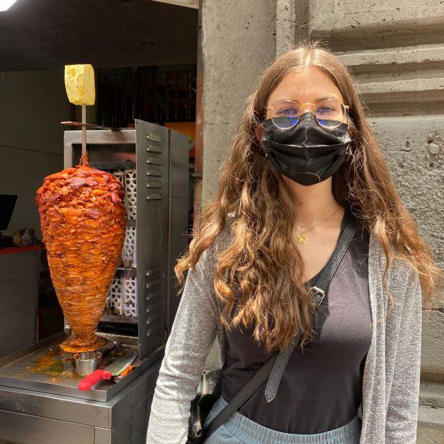 Franziska vor einem Taco-Stand in Mexiko-Stadt.