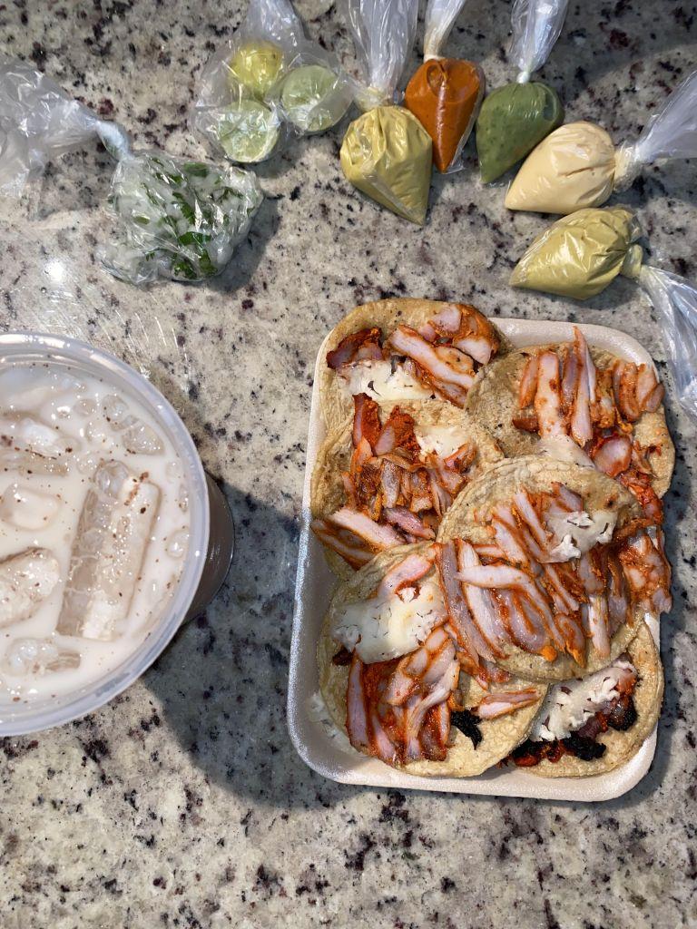 """""""Tacos al Pastor"""" mit verschiedenen salsas und einem Reisgetränk """"horchata""""."""