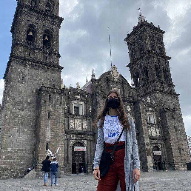 Franziska steht auf dem Platz vor der Kathedrale in Puebla.