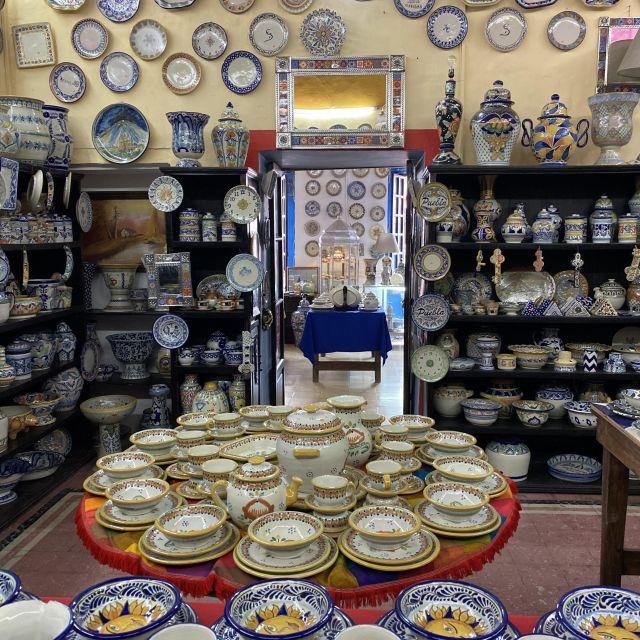 Ein Geschäft voll mit Talavera Keramik in Puebla.