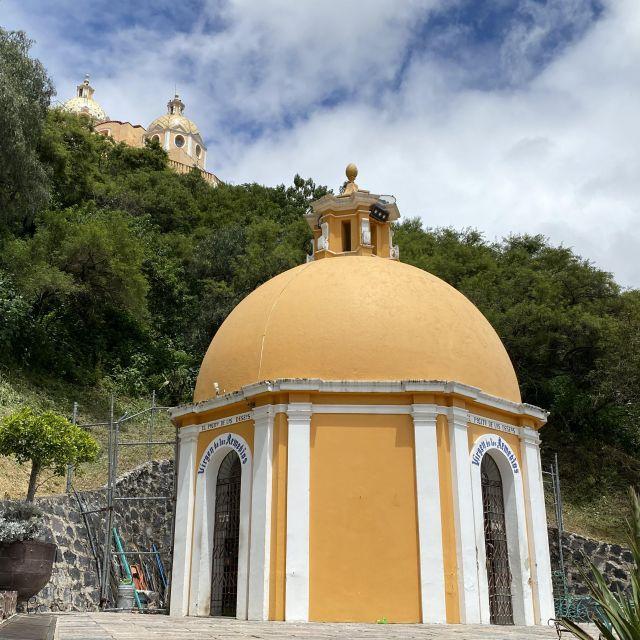 Die Kapelle im Vordergrund und im Hintergrund ist die auf der Pyramide erbaute Kirche zu erkennen.