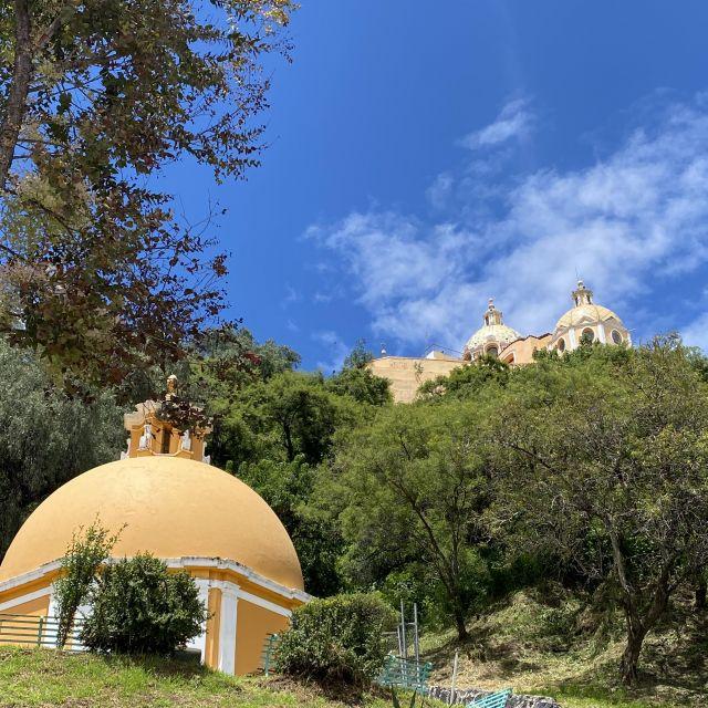 Kapelle und Kirche von Cholula zwischen viel Natur