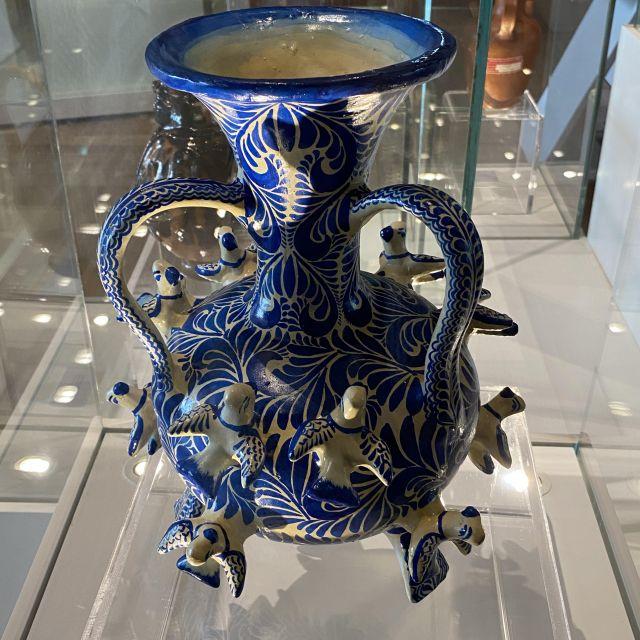Eine Talavera-Vase in den Farben blau und weiß.
