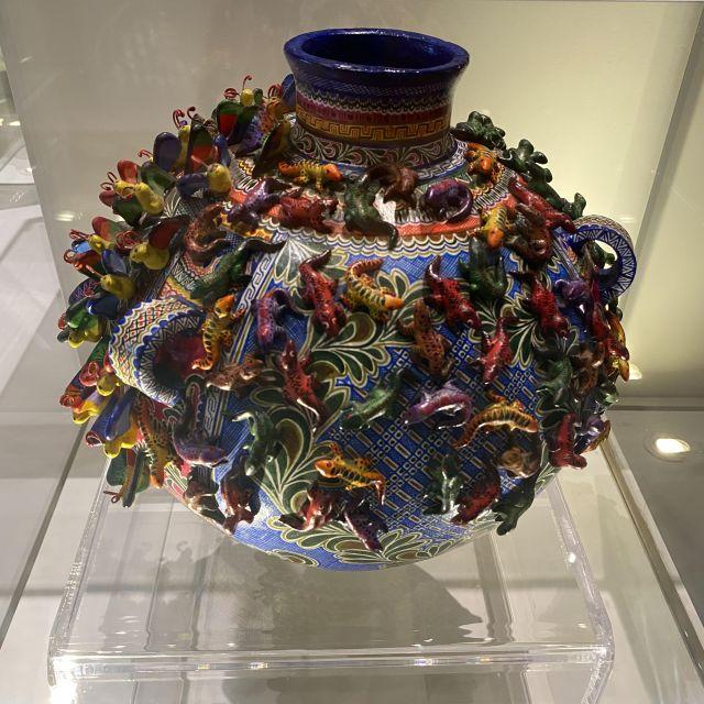 Tolle Talavera-Keramik mit vielen Details und bunten Tieren.
