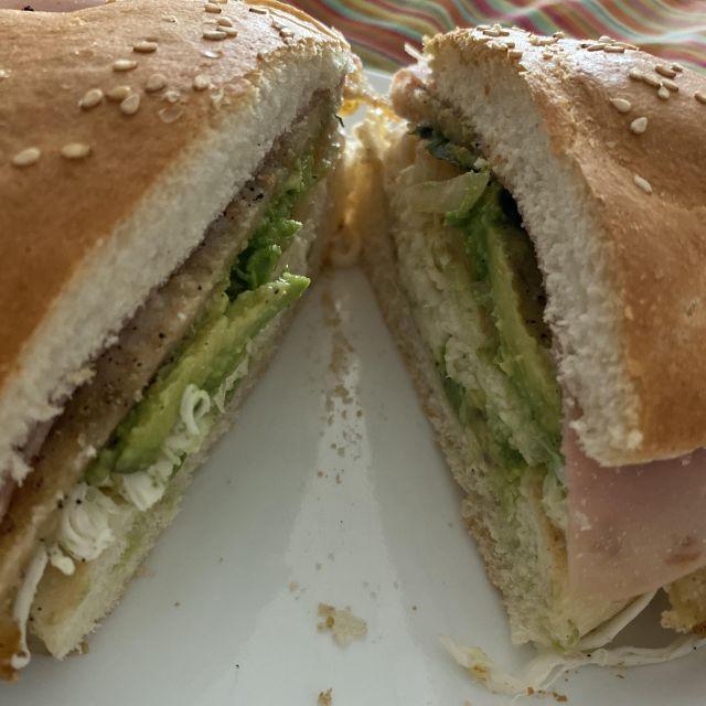 """Ein typisches Sandwich aus Puebla nennt man """"Cemita"""". Es enthält Schinken, Hähnchen, Avocado, Salat..."""
