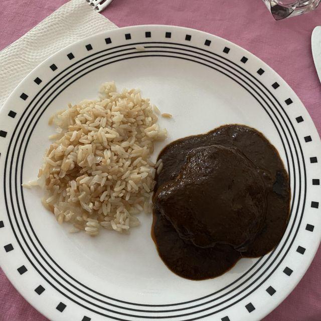 """Reis mit Hähnchen und dem berühmten """"mole poblano"""", einer Soße mit vielen Zutaten. Unter anderem Schokolade."""