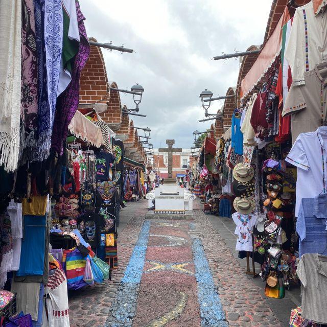 Eine kleine Marktstraße in Puebla.