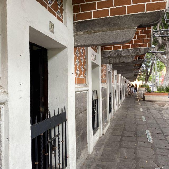 Eine Kunstatellier-Straße in der Altstadt von Puebla.