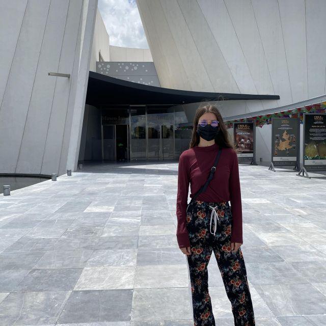 """Franziska vor dem Eingang zum """"Museo Nacional del Barroco""""."""