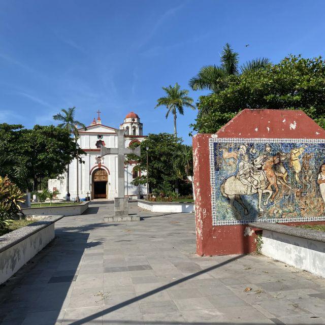 Der Platz vor der Kirche und neben dem Haus von Cortés.