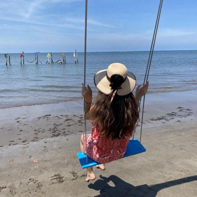 Franziska auf einer Schaukel am Strand von Veracruz.
