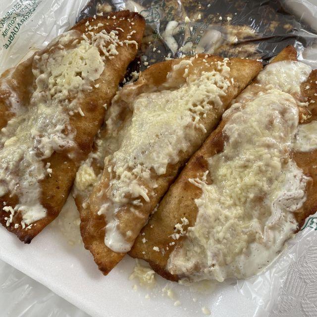 Zum Frühstück: Empanadas gefüllt mit Schweinefleisch.