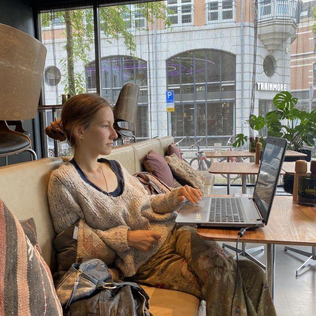 Ich sitze in einem Café an einem Tisch und bin mit meinem Laptop am lernen.