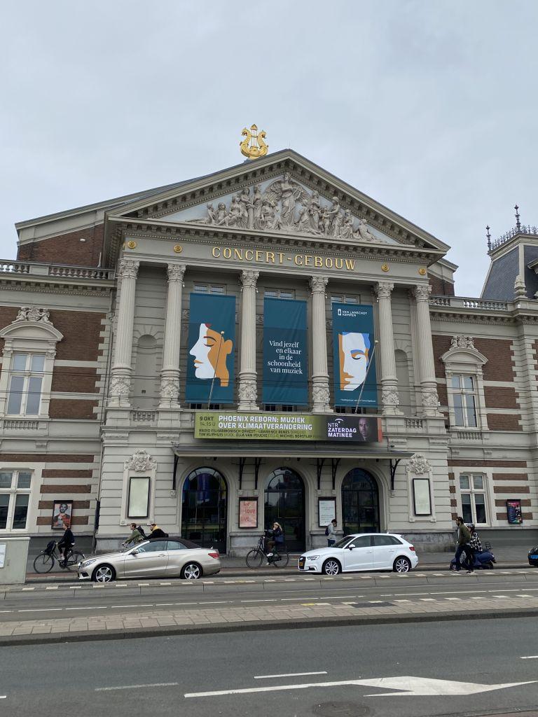 Man sieht das Konzertgebäude von Amsterdam. Es ist ein schönes, großes und pompöses Gebäude.