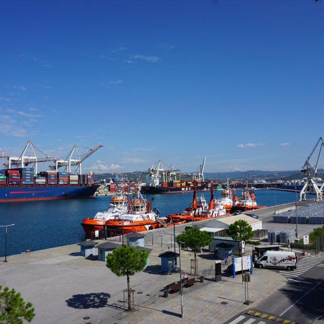 Verschiedene Kräne und ein Großes Containerschiff.