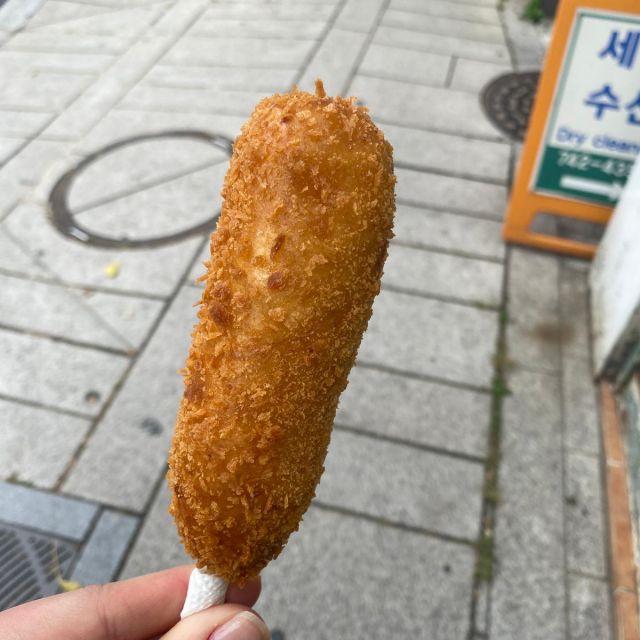 Koreanischer Hotdog mit Käsefüllung