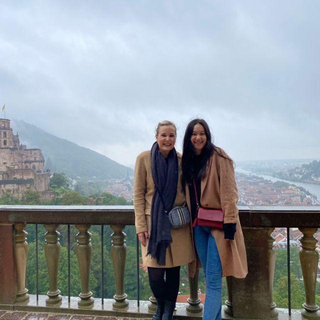 Heidelberger Schloss und zwei Mädchen
