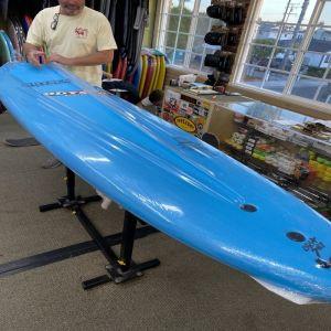 Surfbrett wird ausgepackt.