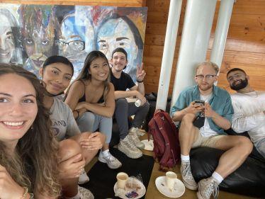 Eine Gruppe Studis sitzt zusammen auf Sitzkissen.