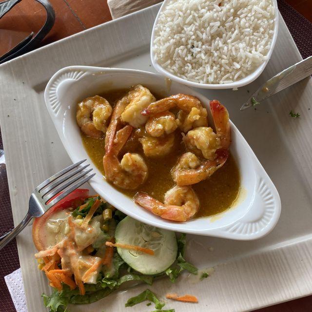 Teller mit Garnelen, Reis und Salat