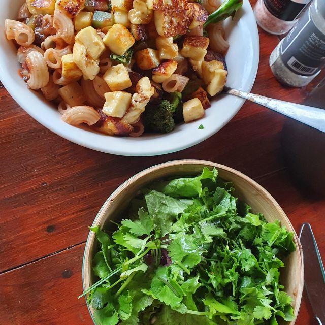 Teller mit Pasta, Käse und Salat