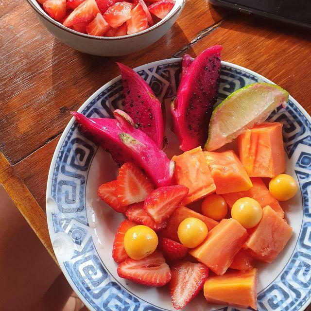 Papaya, Physalis, Drachenfrucht, Limette und Oatmeal mit Erdbeeren.