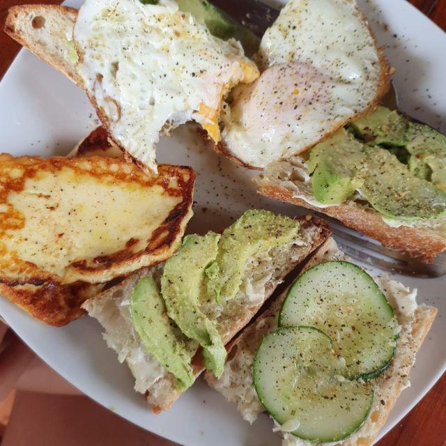 Avocadotoast, Spiegelei, Käse