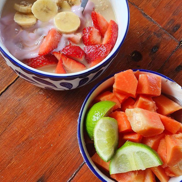 Papaya, Oatmeal mit Banane und Erdbeeren