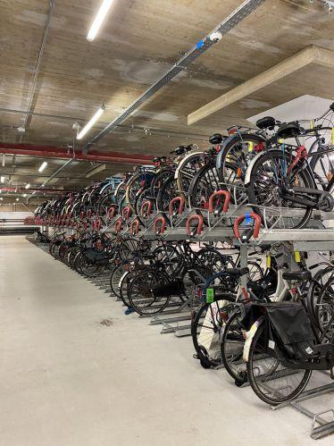 An vielen Stellen werden die Fahrräder auch doppelt gestapelt, um den Platz so…