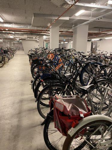 Fahrräder sind in Amsterdam das wichtigste Fortbewegungsmittel. Um die ganzen…